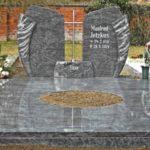 Hochwertige Grabanlage mit ungewöhnlichen Stein und verschiedenen Accesoires