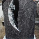 Aufwendig gearbeitete Stele mit plastischer Rose