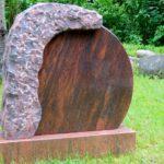 Doppelstein mit bruchrauher Kante und polierter Fläche