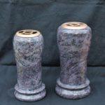 Granitvase Orion mit Vasenverteiler aus Bronze.