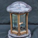 Granitlaterne Orion mit Bronzetür. Das Kristallglas lässt das Kerzenlicht noch intensiver nach Außen strahlen.