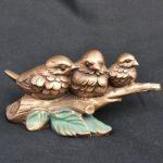 Bronzeornament Drei Vögel auf einem Zweig