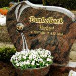 Die hervorstehende polierte Kugelform prägt das Grabmal