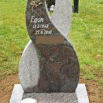 Wie zwei Wege sich im Leben kreuzten, symbolisiert diese Stele