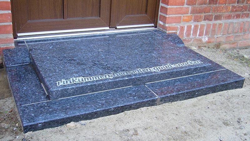 Treppe im Eingangsbereich mit Spruch