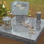 Grabstelle mit Vase, Kristalllampe und Rosenranke aus Bronze