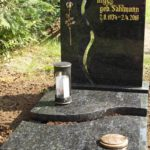 zweigeteilter Stein mit zweigeteilter Grabplatte
