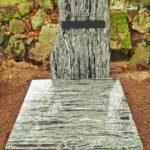komplett abgedeckte Grabstelle in außergewöhnlicher Farbe