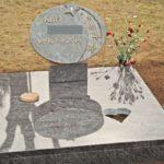 Motivstein auf Stütze auf komplett abgedeckte Grabstelle