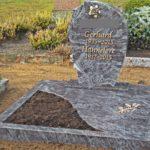 Bronzeinschrift auf einer Urnenstele