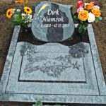 Schrifttafel für Urnenstelle mit Abdeckplatte mit plastisch-polierter Sternenschnuppe.