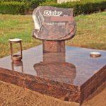pflegefreie Urnenanlage mit Grabplatte auf einer Stütze