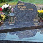 schräger Pflanzstreifen in einer Urnengrabstätte