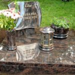 Schrifttafel mitAbdeckplatte, Vase, Schale und Laterne