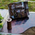Urnengrabstelle mit einegelassener Abdeckplatte